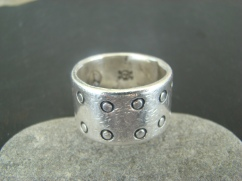 thick dot ring